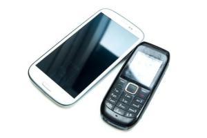 Cellulari: più del 20% degli italiani usa ancora quelli tradizionali