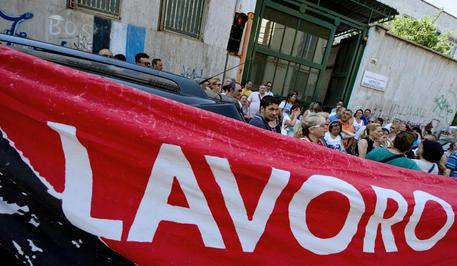 Lavoro: precari  in piazza a Napoli occupano uffici Ministero Lavoro