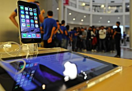 People waiting for the release of the new Iphone 6