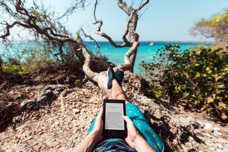 Amazon, <  Nuovo Kindle Paperwhite e Kindle Voyage