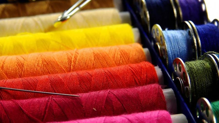 ... quotidiano americano rivela che centinaia di donne nel sud Italia  cuciono abiti di luxory brand italiani. Donne in casa d533653b69bbd