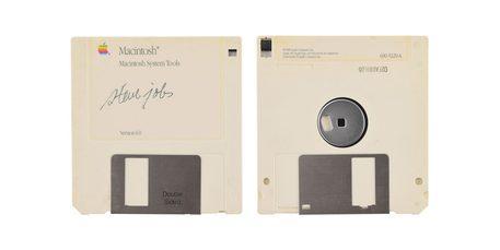 Questa immagine ha l'attributo alt vuoto; il nome del file è floppy-disk-Steve-Jobs.jpg